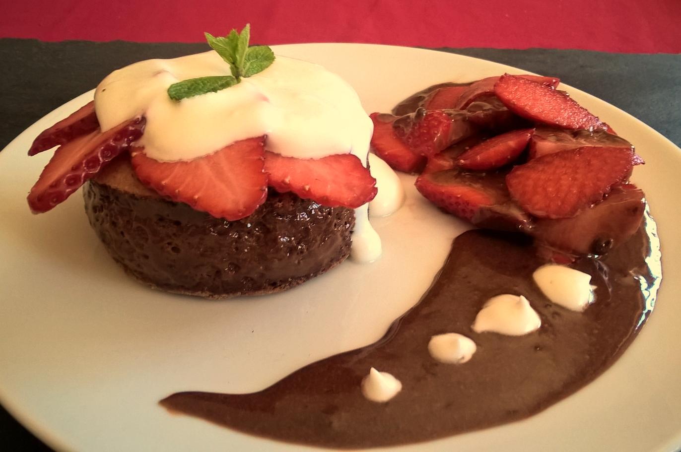 Bolo de chocolate recheado de mousse de chocolate com natas batidas e morangos