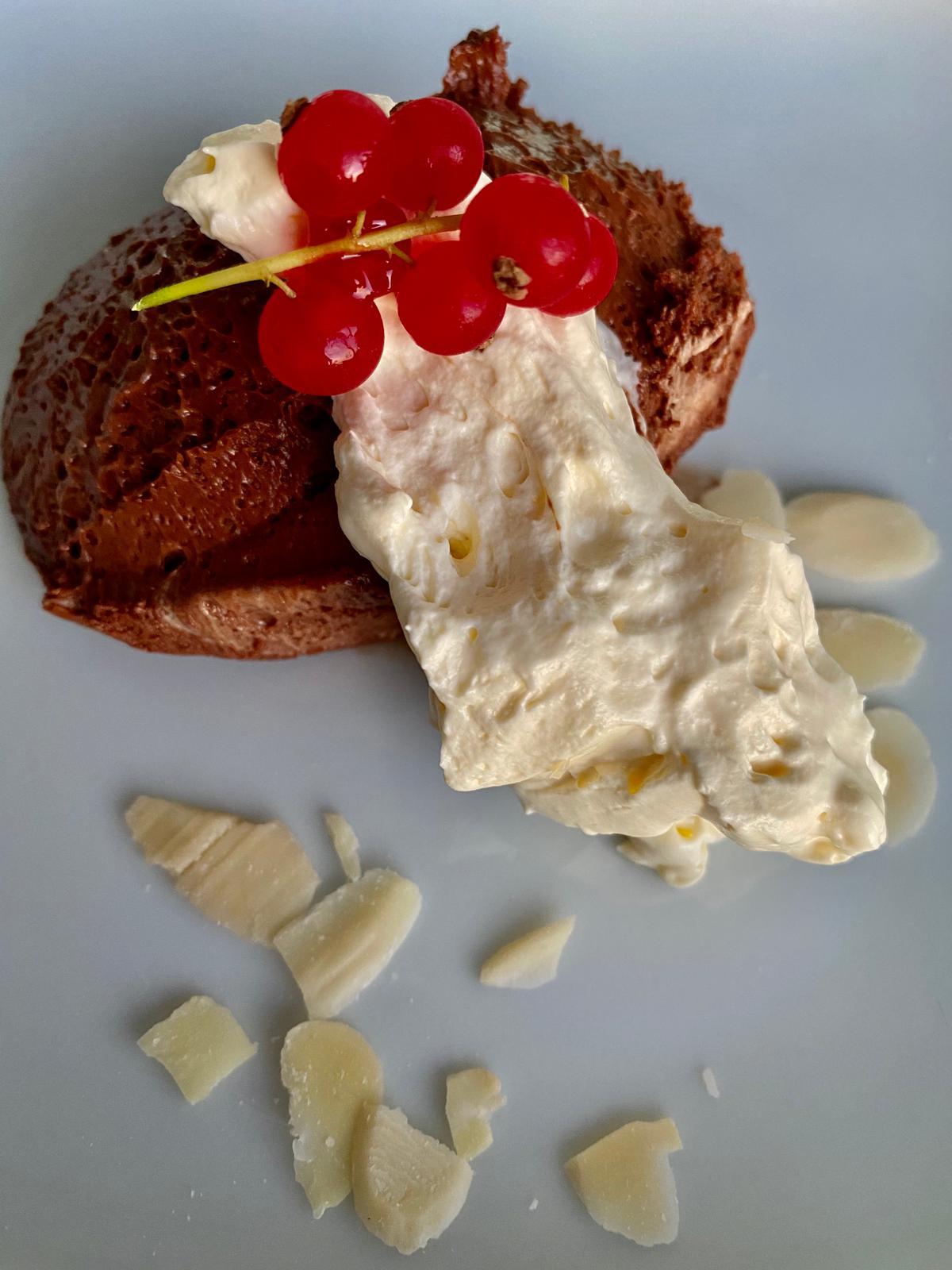 Mousse de chocolate com natas batidas, amêndoa e groselhas